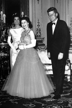 President John F Kennedy, First Lady Jackie Kennedy and Queen Elizabeth II Jacqueline Kennedy Onassis, Jfk And Jackie Kennedy, Les Kennedy, Jaqueline Kennedy, Carolyn Bessette Kennedy, Die Queen, Her Majesty The Queen, Queen Of England, British Monarchy