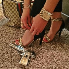 A Glimpse Into The Lavish Lifestyle Of The Kid's Of Mexican Drug Cartels - Wow Gallery Mafia Wives, Mob Wives, Badass Aesthetic, Bad Girl Aesthetic, Aesthetic Roses, Mexican Drug Lord, Rauch Fotografie, Fille Gangsta, Talons Sexy