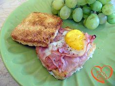 Toast con uovo e prosciutto cotto http://www.cuocaperpassione.it/ricetta/d5251f4c-9f72-6375-b10c-ff0000780917/Toast_con_uovo_e_prosciutto_cotto
