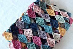 Hilja Design -blogi: Harlekiinikaulaliinan ohje - Free Pattern for a simple Harlequin scarf in Finnish with some English and diagrams.
