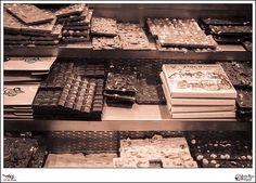Dulce - p365jvr - 08 de febrero de 2013. 38/365  Salvamos el día habiéndole dedicado a hacer la foto de hoy menos tiempo que en lo que dedico a preparar el café del desayuno. Espero que mañana pueda dedicarle algo de tiempo a buscar un objetivo más interesante, aunque sea menos dulce. Una foto que me diga algo más que las que he hecho hoy. No obstante la foto de hoy me invita a entrar en esta pastelería a comprar una tableta de este riquísimo chocolate.