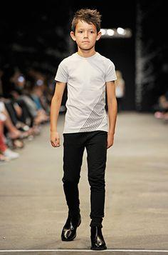 On the catwalk) Boy Models, Young Models, Little Boy Haircuts, Kids Photography Boys, Little Kid Fashion, Kool Kids, Kid Swag, Boys Wear, Boy Hairstyles
