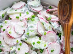 Voici une très bonne recette de salade crémeuse au radis et au concombre... Très rafraîchissant et facile à faire :) Salad Recipes Healthy Lunch, Salad Recipes For Dinner, Chicken Salad Recipes, Chicken Salads, Dinner Healthy, Creamy Cucumber Salad, Creamy Cucumbers, Rib Roast, Fresh Rolls