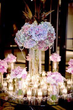hydrangeas + pearls!  Una bonita idea para una mesa de entrada en tu despedida o tu boda.. :)