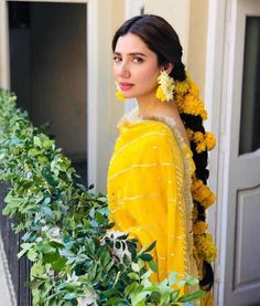 Mahira Khan is one of the most Popular Pakistani film and TV actress. City book presents Mahira Khan top dramas list. We connect top 5 Mahira Khan dramas. Bridal Mehndi Dresses, Pakistani Wedding Outfits, Pakistani Wedding Dresses, Bridal Outfits, Wedding Gowns, Pakistani Mehndi Dress, Pakistani Wedding Hairstyles, Wedding Venues, Mehndi Hairstyles