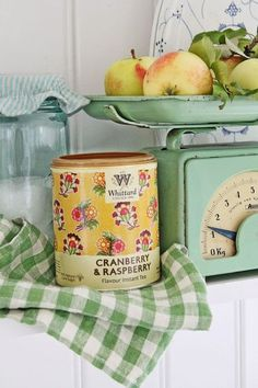 Country kitchen detail with vintage scale and tin can Cozy Cottage, Cottage Living, Cottage Style, Yellow Cottage, Shabby Cottage, Granny Chic, Vintage Green, Vintage Decor, Vintage Tins