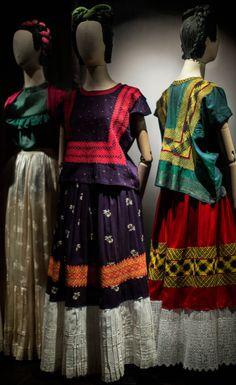 Frida Kahlo's personal clothing on exhibition, found at La Casa Azul, Kahlo's childhood home-turned-museum. Museo Frida Kahlo in Mexico City. Frida E Diego, Frida Art, Diego Rivera, Magazine Vogue, Time Magazine, Vintage Outfits, Vintage Fashion, Mode Boho, Mexican Dresses