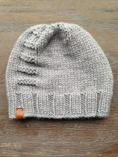 tuque à Jacob I hate the leather, but a color accent right there is a nice touch! Crochet Beanie, Crochet Baby, Knitted Hats, Knit Crochet, Yarn Projects, Knitting Projects, Crochet Projects, Baby Knitting Patterns, Free Knitting