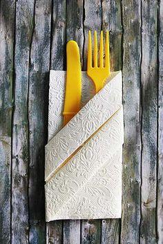 Superschöne Bestecktasche, gefaltet aus einer Serviette. Wie das geht? Das erfahrt Ihr jetzt auf dem Blog. ♥