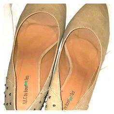 Beige Pumps from Barefootess, Size 14 For people with larger feet, these size 14 pumps will add pizazz to any outfit. Submit your best offer for these! SIZE 14*** Barefootess Shoes Heels