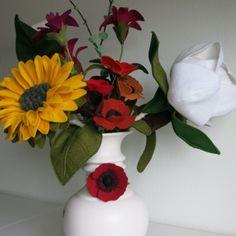 #Centerpiece, #feltflowers, #felt magnolia. Beautifull big wedding flowers. Felt Flower Bouquet, Felt Flowers, Paper Flowers, Flower Bouquets, Wedding Flowers, Wedding Day, Magnolia, Centerpieces, Arts And Crafts