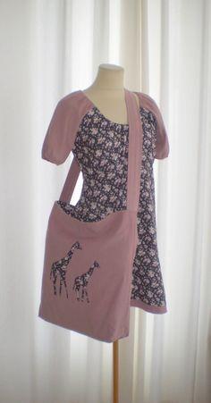 Kjolen er sydd i mørk gråblomstret babycord med gammelrosa babycord i armene og kant nede.