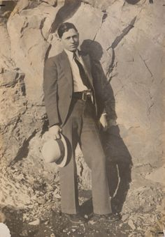 Buy online, view images and see past prices for Clyde Barrow & Bonnie Parker (Bonnie & Clyde). Barrow family photo albums and scrapbooks. Bonnie And Clyde Death, Bonnie And Clyde Photos, Bonnie Clyde, Family Photo Album, Family Photos, Public Enemies, Love You Sis, Real Gangster, Bonnie Parker