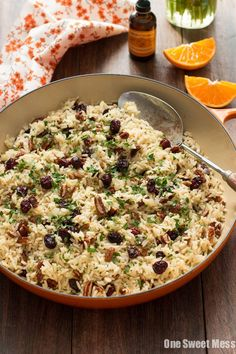 Cranberry-Orange Rice Pilaf: This fall-inspired side dish combines fluffy white rice with toasted pecans, sweet cranberries, and zesty orange. Made with @nielsenmassey