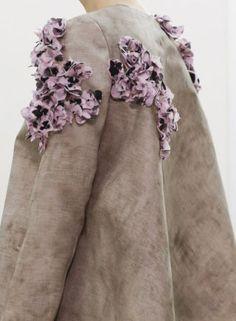 Particolari applicazioni per l'avvento della primavera di Giambattista Valli. Colori essenziali, ravvivati con stile, per un tailleur non tailleur!http://www.sfilate.it/219040/giambattista-valli-decori-floreali-glicine