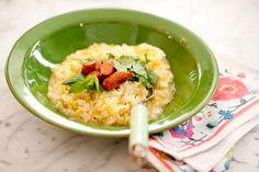 Risoto de alho-poró acompanhado de linguicinha calabresa | Receita Panelinha Esta é uma receita espertíssima para ter na manga. Perfeita para um jantar rápido – o caldo de legumes é preparado enquanto o arroz cozinha. Ela ainda agrada a todos: o risoto é vegetariano e, para quem quiser, acompanha linguicinha calabresa.