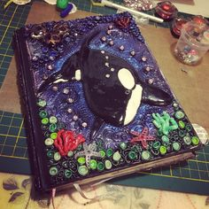 #Polymer #Clay #fimo #Journal #Cover #Orca #pearlex #inkagold #art #journalcover #fimocover #polymerclay Polymer Journal, Inka Gold, Pearl Ex, Cover Books, Clay Tiles, Clays, Air Dry Clay, Polymer Clay Art, Diy Clay