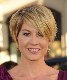 coupe courte femme blonde au visage rond