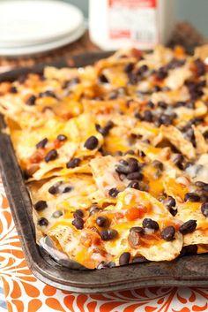 Easy Black Bean & Cheese Nachos by Tide and Thyme | Linens by Hen House #henhouselinens #myspiritedtailgate