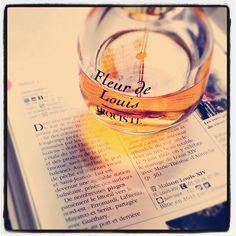 Rêver aux vacances en lisant un guide touristique et en portant la Fleur de Louis. #parfum du jour #Arquiste #scent of the day