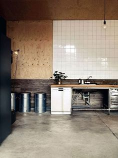 Simple, Industrial Kitchen Interior with Tiled and Wooden Walls and Exposed Light-bulb Fixtures New Kitchen, Kitchen Interior, Kitchen Dining, Kitchen Decor, Basic Kitchen, Basement Kitchen, Kitchen Black, Interior Livingroom, Kitchen Cabinets