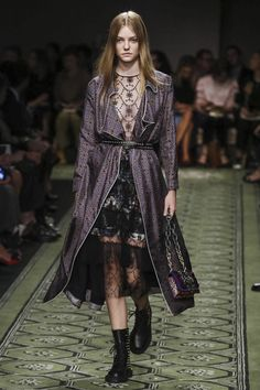 Burberry Women Fashion Show Ready to Wear Collection Spring Summer 2017 in London
