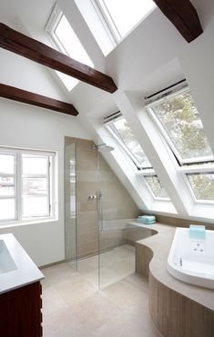 Bad op til kip Small Attic Bathroom, Bathroom Red, Bathroom Ideas, Bad Inspiration, Bathroom Inspiration, Style At Home, Bathroom Curtain Set, Mid Century Bathroom, Small Attics