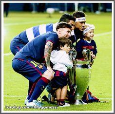 Thiago Messi : Uma pena eu não ter essa foto de frente, só os latino americanos com seus filhotes.  Otima sexta pra todos   thiagomessi