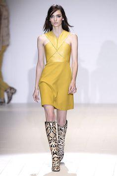 Gucci yellow leather dress, vestido piel amarillo. Animal print boots, botas altas.