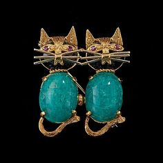 A amazonite, onyx and ruby brooch in the style of two cats. 18K gold. Size 3.4 x 2.8 cm.. - Vintage & Jewellery, Stockholm S202 – Bukowskis