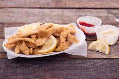 Straccetti di pollo al limone fritti: carne marinata nel succo dell'agrume e poi fritta in una croccante panatura di farina, pangrattato e uova.