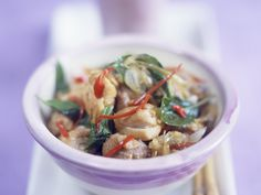 Hähnchen mit Chili und Basilikum auf Thai-Art | Zeit: 20 Min. | http://eatsmarter.de/rezepte/haehnchen-mit-chili-und-basilikum-auf-thai-art