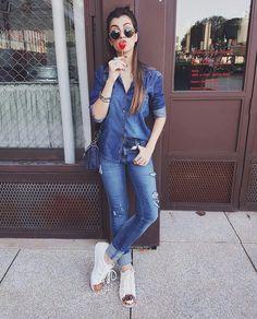 Look jeans despojado e estiloso com um tênis adidas branco de bico rose gold