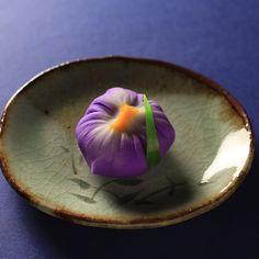 Toru TsuchieさんはInstagramを利用しています:「今日の和菓子はねりきり で作った菖蒲です。 ねりきりとは白餡に餅や芋を混ぜて作った和菓子で 茶道 で使われる「主菓子」の一種です。 撮影 用に作成しました。 少し濃いめの色で作ってみました。 撮り溜めしてあった画像もこれで最後。これからはどんなお菓子の季節なんでしょ?…」