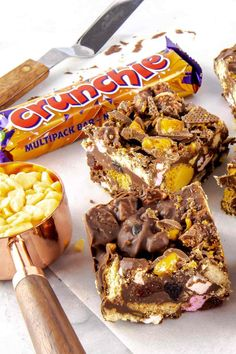 This decadent Crunchie Rocky Road is truly one of the easiest treats that you can make. Stuffed full of Digestive biscuits, marshmallows, cherries, honeycomb pieces and Crunchie chunks, it's a fun treat for everyone all year round! Tray Bake Recipes, Baking Recipes, Dessert Recipes, Baking Ideas, Chocolate Treats, Chocolate Recipes, Chocolate Topping, Chocolate Brownies, Digestive Biscuits