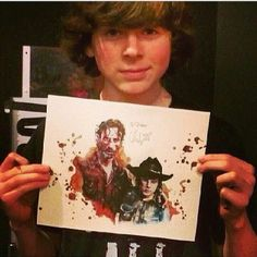 Chandler Riggs holds a painting of himself & Andrew Lincoln Carl The Walking Dead, Amc Walking Dead, Chandler Riggs, Carl Grimes, Carl E Enid, Rick And Carl, The Walkind Dead, American Horror Story Coven, Talking To The Dead