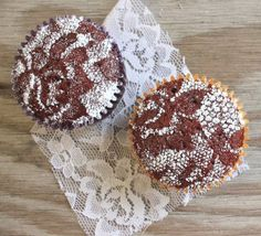Lace Cupcakes are such a clever idea! Cover a chocolate cupcake with lace, sprinkle with powdered sugar, and you've got a beautiful dessert! Cupcakes Au Cholocat, Birthday Cupcakes, Cupcake Cakes, Velvet Cupcakes, Decorate Cupcakes, Pretty Cupcakes, Beautiful Cupcakes, Vegan Cupcakes, Sweet Cupcakes