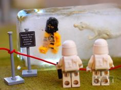 lego Stormtroopers visit the museum Lego Memes, Lego Humor, Deco Lego, Lego Man, Lego Guys, Ps Wallpaper, Lego Stormtrooper, Lego Sculptures, Lego Pictures