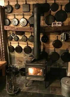 Cabin Homes, Log Homes, Rustic Kitchen, Country Kitchen, Ideas Cabaña, Booth Ideas, Iron Storage, Cabin Kitchens, Stove Fireplace