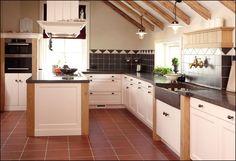 Een Massief houten keuken...  Een massief houten keuken in nostalgische stijl…