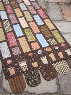 The Garden Path. Beautiful tablerunner by Anni Downs of Hatched and patched. Beautiful tablerunner by Anni Downs of Hatched and patched. Patchwork Table Runner, Table Runner And Placemats, Quilted Table Runners, Small Quilts, Mini Quilts, Annie Downs, Place Mats Quilted, Quilted Gifts, Quilted Table Toppers