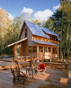 oh my gosh.. such a nice deck and cute house!