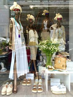 Boho chic window for Secreto Boutique Piraeus Greece. Clothing Boutique Interior, Boutique Decor, Boho Boutique, Vintage Boutique, Clothing Store Displays, Store Window Displays, Jewelry Store Design, Jewelry Shop, Boho Chic
