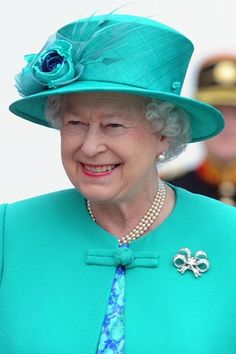 Queen Elibeth ll wearing a Bow brooch which is one of three bow styles that were made by Garrard for Queen Victoria in 1858 and that, having inherited them upon her Coronation, Queen Elizabeth II has worn throughout her reign. Die Queen, Hm The Queen, Royal Queen, Her Majesty The Queen, Kings & Queens, Scream Queens, Fascinator Wedding, Princesa Elizabeth, Diana