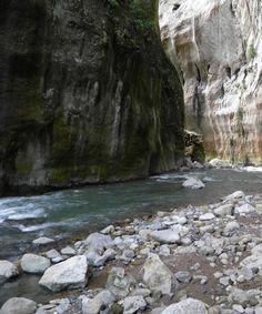 """""""Las Puertas de Miraflores"""". Ubicada en el Estado Monagas, es el destino turístico ideal para aquellos que les gusta la aventura y la adrenalina, ya que se puede practicar la Escalada."""