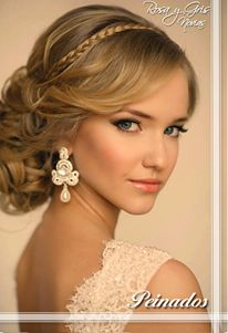 Un recogido con una vincha de trenza es el peinado perfecto para la noche. Resalta tu belleza y estiliza tu rostro y figura.  #peinado #RosaYGris #Recogido