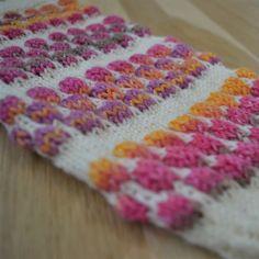 Kuplaneule suljettuna neuleena - kuvallinen ohje - Neulovilla Knitting Socks, Ravelry, Blanket, Crochet, Gloves, Knit Socks, Ganchillo, Blankets, Cover