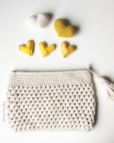 Good morning everyone!! And another project finish!! Yeah! It feels so good! I gave it on Sunday as a birthday present for someone special. That's one of the things I love about crochet. It's so nice to see the faces of the people you love when you give them something you made specially for them! Do you feel the same? ✏️Pattern clutch: modified from @santapazienzia ✏️Yarn: @myboshi ✏️Hook: 2,5 mm ........................................... Buenos días a todos!! Y aquí os traigo otro pr...
