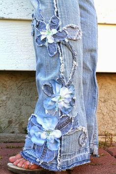 Embellishing jeans by cutting little strips of blue denim fabric and sewing strips in middle of pants in the design you want. Jean Crafts, Denim Crafts, Fabric Crafts, Sewing Crafts, Sewing Projects, Fabric Glue, Diy Clothing, Sewing Clothes, Denim Ideas