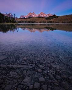 Hey! @robert_huguez_photography here! Don't forget to tag #Idahodaily for you chance to be featured tonight! __________________ 📸: @robert_huguez_photography __________________ #idahodaily #idaho #sawtoothmountains #idahome #idahomountaints #stanley #redfishlake #autumn #sunrise